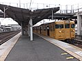 Saijyo station platform No4 and JNR115-2000.JPG