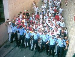 Cordone della polizia municipale negli attimi prima della corsa; tratto iniziale
