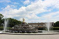 Schloss Herrenchiemsee mit Brunnen.jpg