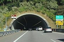 画像左:扁平大断面トンネル(平島トンネル:暫定片側2車線)。画像右:トンネルボーリングマシーン(TBM)。
