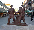 Smederna av Allan Ebeling i brons 1959 på Fristadstorget.JPG