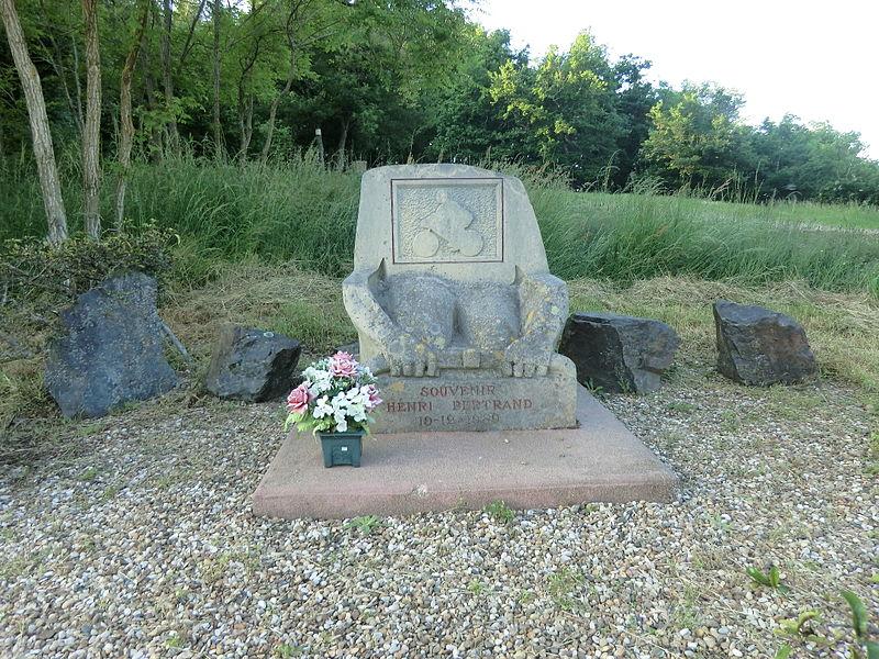 Stèle Henri Bertrand au Col de Saint-Bonnet.