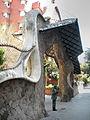 Statue de Gaudi devant grille et portail de sa création.JPG
