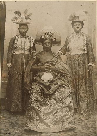 Ovonramwen - Ovonramwen Nogbaisi with his wives, Queen Egbe (left) and Queen Aighobahi (right), c.1898 - 1913