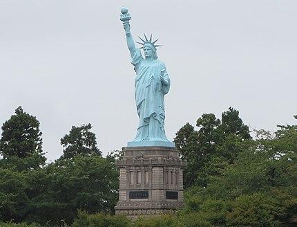 おいらせ町いちょう公園にある自由の女神像