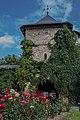 Turn clopotniță de intrare in Manastirea Moldovita 04.jpg