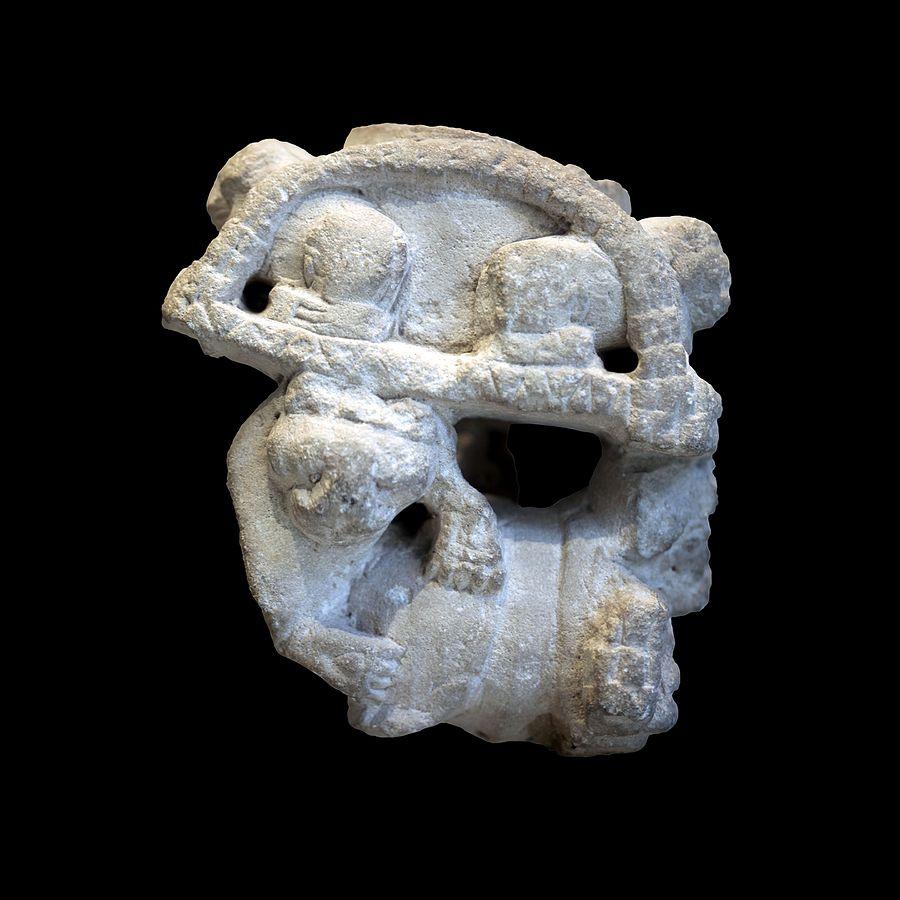 Vase sculpté Décoré de quatre lions, supporté par un taureau attaqué par des lions