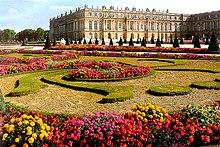 Photo représentant le château de Versailles vu des jardins sud-ouest.
