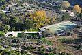 Vista de la piscina i la pista esportiva del Castell de Guadalest.JPG