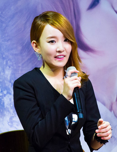 Picture of a band or musician: Younha