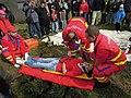 ZZS MSK, záchranáři, zajištění krční páteře a transport na scoop rámu (11).jpg
