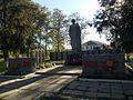 Братська могила радянських воїнів і партизанів, пам'ятний знак воїнам-землякам. Поховано 206 воїнів і 2 партизани.jpg