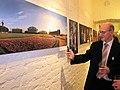 Директор Викимедии Владимир Медейко считывает QR-код выставочное фотографии..jpg