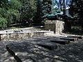 Константиновка, танк Т-70 на постаменте и братская могила.jpg