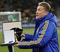 Олег Блохін з призом від УЄФА.jpeg