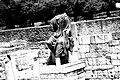 אחד מזוג פסלי השיש בכניסה לארמון.jpg
