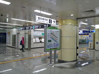Yeungnam University station - Station concourse