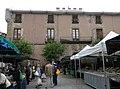 016 Palau Comtal de Centelles, pl. Major, en dia de mercat.JPG