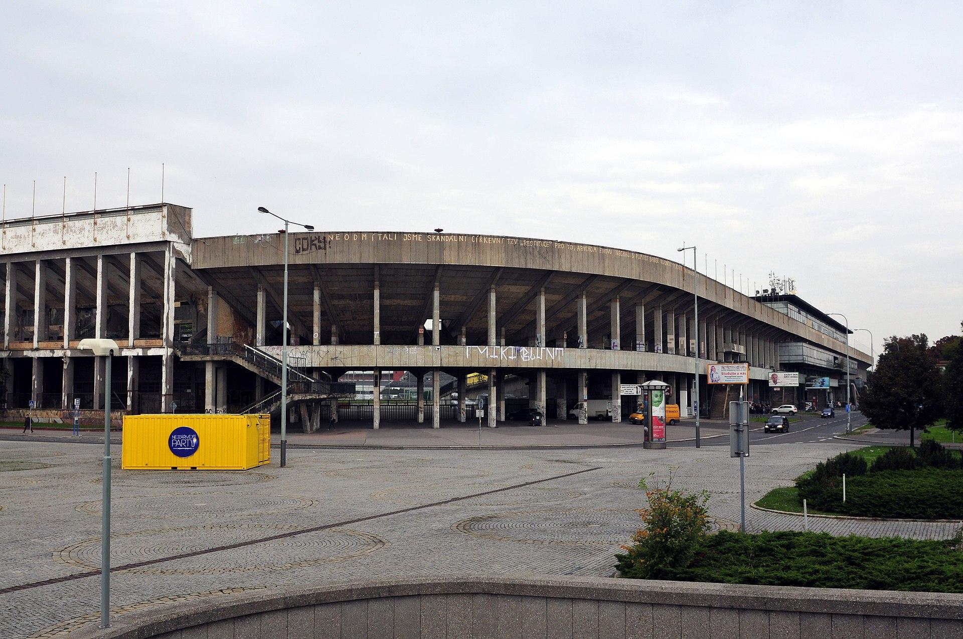 https://upload.wikimedia.org/wikipedia/commons/thumb/8/87/14-09-30-Velk%C3%BD-strahovsk%C3%BD-stadion-RalfR-007.jpg/1920px-14-09-30-Velk%C3%BD-strahovsk%C3%BD-stadion-RalfR-007.jpg