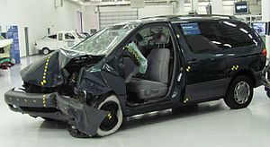 Crash-tested 1998 Toyota Sienna LE photographe...