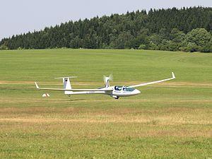 Schleicher ASG 32 - An ASG 32 Mi taking off under own power