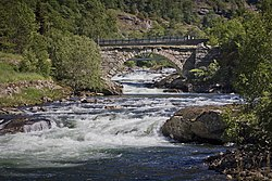 A stone arch bridge in Lærdalen, 2013 June.jpg