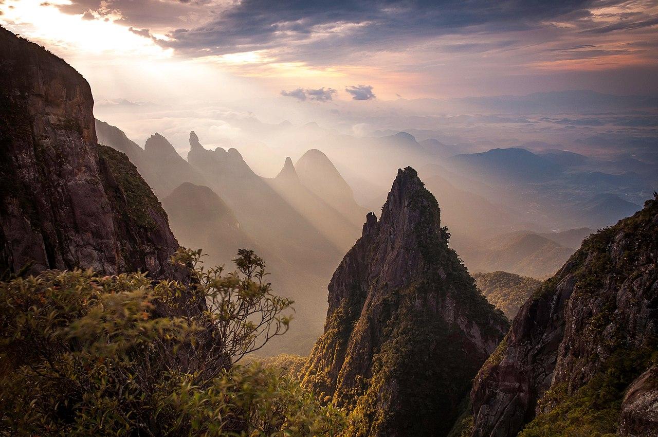 Sierra y pico Dedo de Dios en el Parque nacional Serra dos Órgãos, Brasil