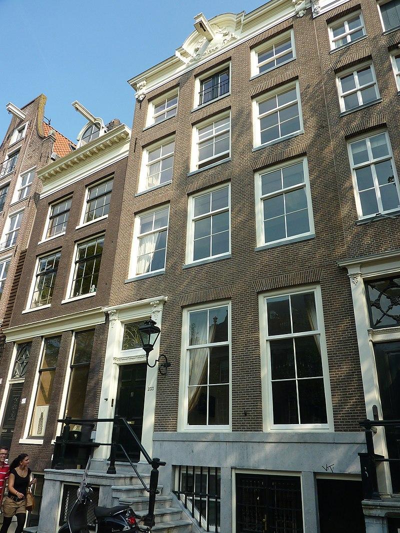 Pand met gevel onder verhoogde lijst met consoles in for Herengracht amsterdam