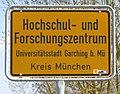 Amtliche Ortstafel zweitrang Ortsbezug auch gültig nach StVO Hochschul- und Forschungszentrum Garching TUM Foto Wolfgang Pehlemann IMG 1635.jpg