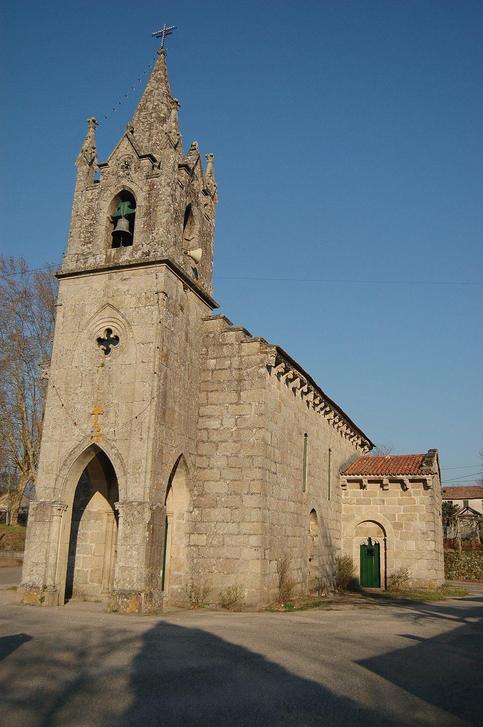 Torre da fachada da románica da igrexa de San Pedro de Angoares, Ponteareas.[Cómpre referencia]
