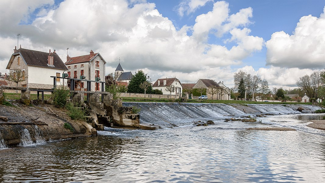 River Armançon in Nuits, Yonne, Burgundy, France)