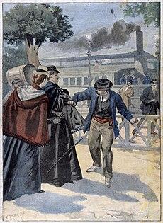 Gravure en couleurs représentant, sur un quai d'embarquement, un homme portant une casquette poignardant de face une femme vêtue de noir avec un châle bleu foncé et accompagnée d'une autre dame portant un châle bordeaux sur une robe bleu foncé.