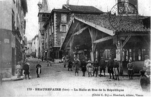 Beaurepaire, Isère - The covered market and the rue de la République, in 1908