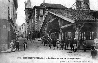 Beaurepaire, Isère - The covered market and the rue de la République, in 1908