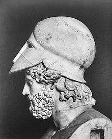 Portrait de côté de la tête d'un homme barbu portant un casque