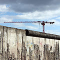 Berliner Mauer an der Bernauer Straße mit Baukran, 2014.JPG
