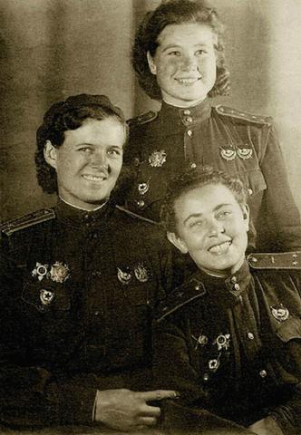Девушки-офицеры 46-го гв. нбап: Евдокия Бершанская (слева), Мария Смирнова (стоит) и Полина Гельман