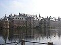 Binnenhof Den Haag met Torentje, over de Hofvijver gezien.jpg