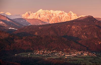 Slika:Blejska Dobrava under Julian Alps.jpg