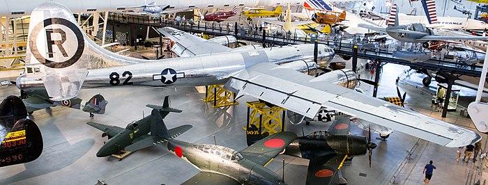 Photographie couleur de l'avion exposé dans un musée. L'Enola Gay ...