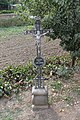 Bojanovice, kříž v zahradě u zastávky (2016-09-28; 01).jpg
