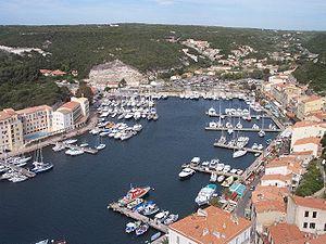 Der Hafen von Bonifacio in der Calanque de Fazio
