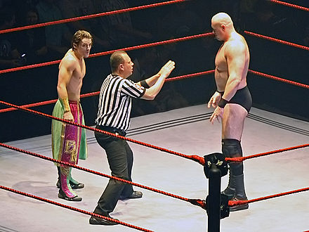 Kendrick facing Snitsky during 2007 Brian-Kendrick-&-Snitsky-Faceoff,-RLA-Melb-10.11.2007.jpg