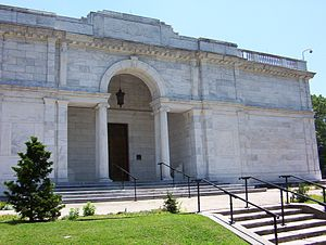 Memphis Brooks Museum of Art - Recessed loggia entrance behind a Serlian screen of the original building by James Gamble Rogers, 1915