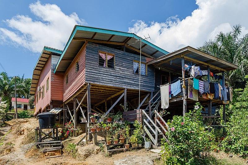 File:Bukit Garam Sabah House-at-a-slope-on-stilts-01.jpg