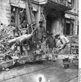 Bundesarchiv Bild 183-S74742, Berlin, Entfernung eines Geschützes.jpg