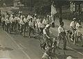 Burgerdeelnemers uit 's Hertogenbosch op het parcours van 55 km. op de Mookse ba – F40385 – KNBLO.jpg