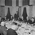 Burgers en een militair tijdens een feestelijk diner waarbij journalistschrijve, Bestanddeelnr 255-9051.jpg