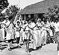 COLLECTIE TROPENMUSEUM Optocht van een fluitorkest tijdens de kroningsfeesten in 1948 TMnr 10004838.jpg