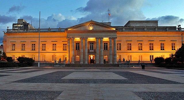 https://upload.wikimedia.org/wikipedia/commons/thumb/8/87/Casa-narino-1-fachada.jpg/640px-Casa-narino-1-fachada.jpg